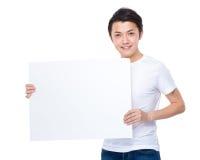 Tenuta dell'uomo con il cartello in bianco fotografie stock libere da diritti
