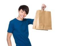 Tenuta dell'uomo con il sacchetto della spesa Fotografia Stock