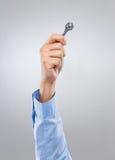 Tenuta dell'uomo con la chiave Fotografie Stock Libere da Diritti