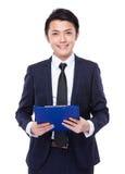 Tenuta dell'uomo di affari con la lavagna per appunti Fotografia Stock