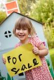 Tenuta della bambina da vendere il segno fuori della Camera del gioco Immagini Stock