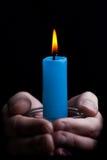 Tenuta della candela fotografia stock