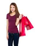 Tenuta della donna con i lotti del sacchetto della spesa Fotografia Stock Libera da Diritti