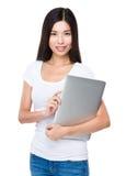 Tenuta della donna con il computer portatile Fotografia Stock Libera da Diritti