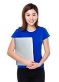 Tenuta della donna con il computer portatile Immagini Stock Libere da Diritti