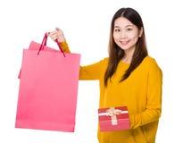 Tenuta della donna con il contenitore di regalo e di sacchetto della spesa Immagini Stock Libere da Diritti
