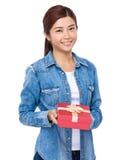 Tenuta della donna con il contenitore di regalo rosso fotografie stock