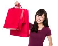 Tenuta della donna con il sacchetto della spesa Fotografie Stock Libere da Diritti