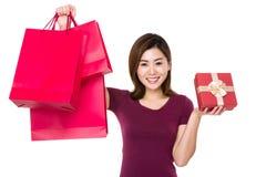 Tenuta della donna con il sacchetto della spesa e il giftbox Immagine Stock