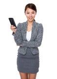 Tenuta della donna con il telefono cellulare Fotografie Stock