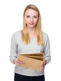 Tenuta della donna con la cartella fotografia stock