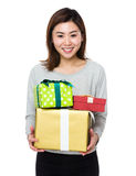 Tenuta della donna con la scatola attuale Fotografia Stock Libera da Diritti