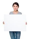 Tenuta della donna con lo spazio in bianco del cartello bianco Fotografie Stock Libere da Diritti
