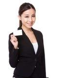 Tenuta della donna di affari con il namecard Fotografie Stock