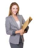 Tenuta della donna di affari con la cartella immagine stock