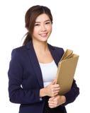 Tenuta della donna di affari con la cartella fotografie stock libere da diritti
