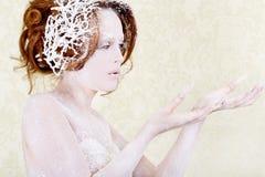 Tenuta della donna di principessa del ghiaccio qualcosa Fotografia Stock Libera da Diritti