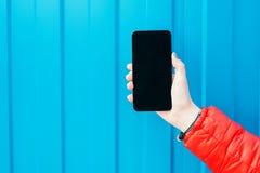 Tenuta della donna e Smart Phone usando Fotografia Stock Libera da Diritti