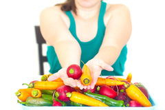 Tenuta della donna nel ravanello della mano ed il mucchio della verdura Immagine Stock Libera da Diritti