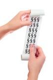 Tenuta della donna nel suo rotolo delle mani di carta con la ricevuta stampata Simboli di paragrafo Fotografia Stock