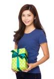 Tenuta della giovane donna con giftbox fotografie stock