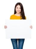 Tenuta della giovane donna con il cartello immagine stock