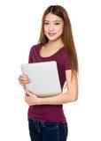 Tenuta della giovane donna con il computer del notebok Fotografia Stock