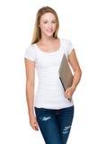 Tenuta della giovane donna con il computer portatile Fotografie Stock Libere da Diritti