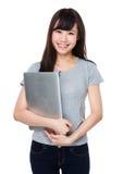Tenuta della giovane donna con il computer portatile Fotografia Stock