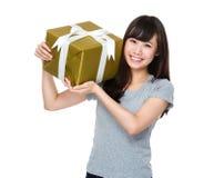 Tenuta della giovane donna con il contenitore di regalo Fotografia Stock Libera da Diritti