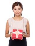 Tenuta della giovane donna con il contenitore di regalo Fotografie Stock