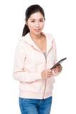 Tenuta della giovane donna con il pc della compressa immagini stock libere da diritti