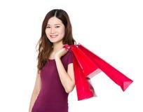Tenuta della giovane donna con il sacchetto della spesa Fotografia Stock Libera da Diritti