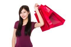 Tenuta della giovane donna con il sacchetto della spesa Immagine Stock Libera da Diritti