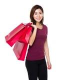 Tenuta della giovane donna con il sacchetto della spesa Immagini Stock