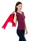 Tenuta della giovane donna con il sacchetto della spesa Immagine Stock