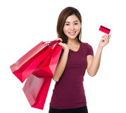 Tenuta della giovane donna con il sacchetto della spesa e la carta di credito Fotografia Stock Libera da Diritti