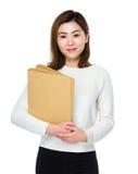 Tenuta della giovane donna con la cartella fotografia stock libera da diritti
