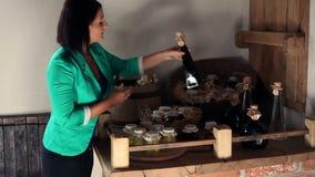 Tenuta della giovane donna ed esaminare i prodotti alimentari casalinghi video d archivio