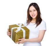 Tenuta della giovane donna un contenitore di regalo fotografie stock libere da diritti