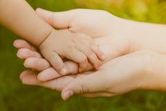 Tenuta della madre (effe d'annata elaborato immagine filtrato Fotografia Stock