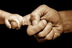 tenuta della mano del bambino vicino immagine stock libera da diritti