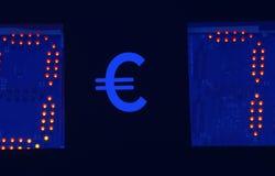 Tenuta della mano del ` s dell'uomo l'euro siluetta dell'icona contro il cielo blu e giallo soleggiato Raggi di Sun euro segno, s immagine stock libera da diritti