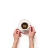 Tenuta della mano di Femalewoman un la tazza bianca del caffè espresso con l'isolato del caffè Fotografie Stock Libere da Diritti