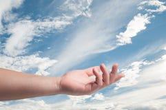 Tenuta della mano nel fondo del cielo Immagini Stock Libere da Diritti