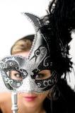 Tenuta della mascherina grigia davanti al fronte Fotografia Stock