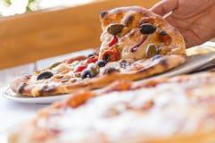 Tenuta della pizza fotografia stock libera da diritti