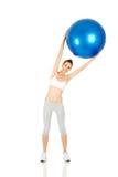 Tenuta della ragazza di forma fisica che esercita palla Fotografia Stock Libera da Diritti
