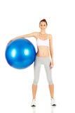 Tenuta della ragazza di forma fisica che esercita palla Fotografie Stock Libere da Diritti