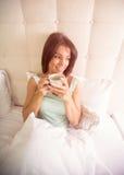 Tenuta della ragazza un la tazza del caffè di mattina Immagini Stock Libere da Diritti